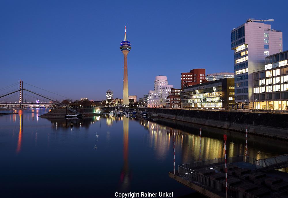 DEU , DEUTSCHLAND : Medienhafen Duesseldorf mit Rheinturm und Rheinknie-Bruecke (l.) , 29.11.2016<br /> |DEU , GERMANY : Media port in Duesseldorf with Rhine Tower and Rhine Knee Bridge (l.), 29.11.2016|<br /> Copyright by : Rainer UNKEL