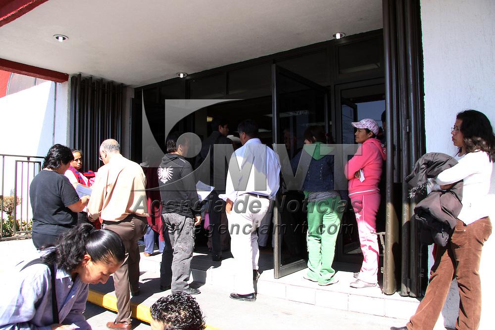 TOLUCA, México.- Mucha gente de las colonias de la capital mexiquense, acudió a realizar el pago de agua en las oficinas centrales de agua y saneamiento de Toluca, manifestando que prefieren pagar a tiempo y evitar algunos recargos. Agencia MVT / José Hernández. (DIGITAL)