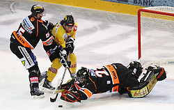 25.01.2013, Albert Schultz Eishalle, Wien, AUT, EBEL, UPC Vienna Capitals vs Graz 99ers, 2. Zwischenrunde, im Bild Dustin Van Ballegooie, (Graz 99ers, #5), Tony Romano, (UPC Vienna Capitals, #8) und Sebastian Stefaniszin, (Moser Medical Graz 99ers, #27) // during the Erste Bank Icehockey League 2nd placement Round match betweeen UPC Vienna Capitals and Graz 99ers at the Albert Schultz Ice Arena, Vienna, Austria on 2013/01/25. EXPA Pictures © 2013, PhotoCredit: EXPA/ Thomas Haumer