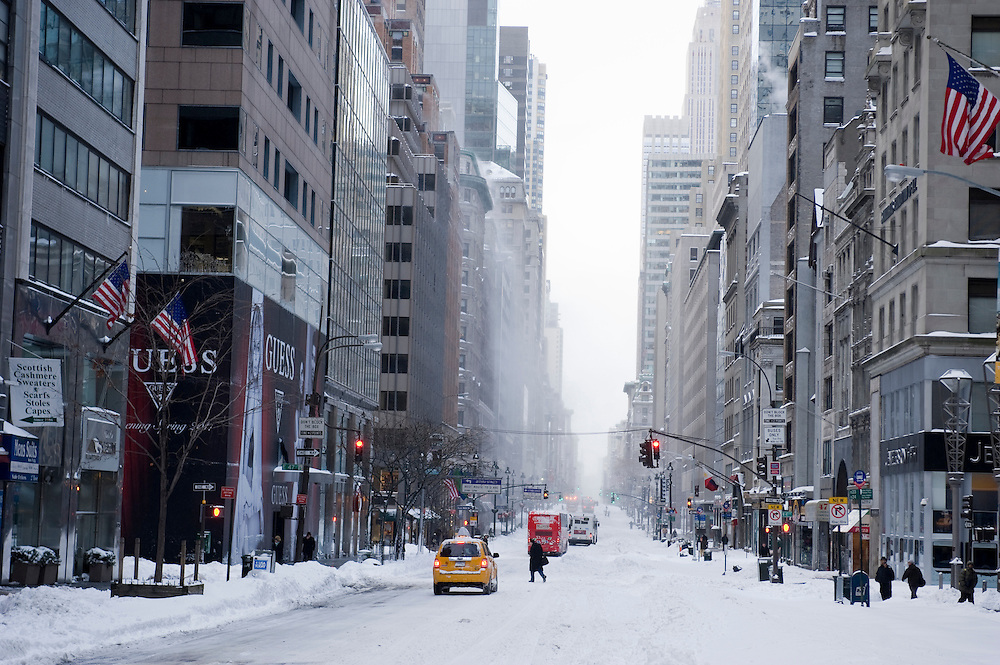 Fifth Avenue on the morning after the blizzard.The morning after the first blizzard in New York City at the end of 2010.Am morgen nach dem erste Scheesturm des Winters 2010/2011