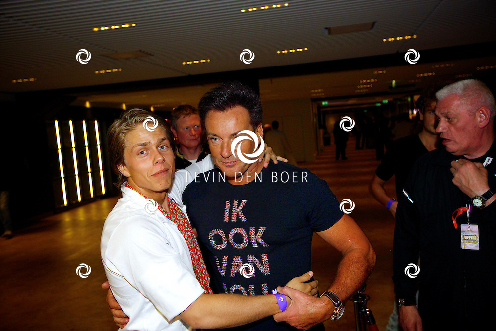 AMSTERDAM - Na het concert van De Toppers is er de welbekende VIP PARTY voor alle bekende Nederlanders. Met hier op de foto  Gerard Joling met Andre Hazes Jr. FOTO LEVIN DEN BOER - PERSFOTO.NU