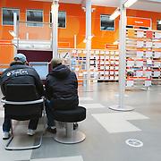Nederland Rotterdam 26-03-2009 20090326 Foto: David Rozing ..Serie UWV, mannen bekijken vacatures, UWV Werkbedrijf lokatie Schiekade centrum Rotterdam, de vroegere arbeidsbureaus ( CWI UWV ) De werkloosheid in Nederland begint op te lopen. Dat blijkt uit de jongste cijfers die het Centraal Bureau voor de Statistiek (CBS) de oorzaak is de krediet crisis Holland, The Netherlands, dutch, Pays Bas, Europe  , allochtoon, allochtone, man, allochtonen, , economische, financien, financiele, krimp, krimpen, nederlandse, economy, jonge, jong, man, jongere, allochtone, allochtoon,  allochtonen, jongeren..Foto: David Rozing