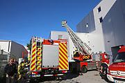 Mannheim. 12.06.17 | Freiwillige Feuerwehr übt <br /> Neckarau. Freiwillige Feuerwehr übt Rettungseinsatz in verwinkelten Gebäuden. Dazu hat das Lager Prime Selfstorage das Gebäude zur Verfügung gestellt. Übung der Freiwilligen Feierwehr <br /> <br /> <br /> BILD- ID 1066 |<br /> Bild: Markus Prosswitz 12JUN17 / masterpress (Bild ist honorarpflichtig - No Model Release!)
