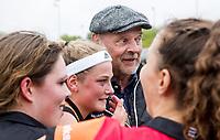 EINDHOVEN -  coach Toon Siepman (Oranje-Rood) met Yibbi Jansen (Oranje-Rood)  en  keeper Larissa Meijer (Oranje-Rood)  na  hoofdklassewedstrijd hockey dames ORANJE ROOD-SCHC (0-2) . Ondanks het verlies plaatst OR zich voor de play offs. COPYRIGHT KOEN SUYK