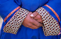 Mongolie. Province d'Arkhangai. Nomade. Detail d'un Del. Mains. // Mongolia, Arkhangai province, detail of a traditional mongolian dress, the Del.