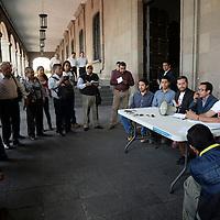 Toluca, México.- Integrantes del movimiento ciudadano Metrobús Toluca Ya en conferencia de prensa frente a Palacio de Gobierno, señalaron que a un año de haberse elevado la tarifa del transporte público en el Valle de Toluca no se han cumplido con los compromisos adquiridos por parte del gobierno, como renovación de unidades; instalación de botones de pánico, cámaras de vigilancia, entre otras cosas. Agencia MVT / Crisanta Espinosa