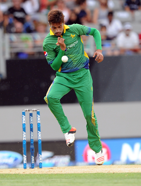 Pakistan's Mohammad Amir flicks the ball off his boot while bowling against New Zealand in the 3rd ODI International Cricket match at Eden Park, Auckland, New Zealand, Sunday, January 31, 2016. Credit:SNPA / Ross Setford