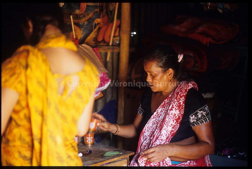 Old prostitute of  Daulatdia Borthel in her house, Bangladesh // Ancienne prostituée du bordel de  Daulatdia dans sa maison, avec sa fille devenue prostituée, Bangladesh