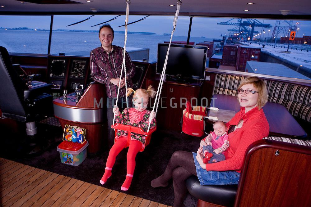 De Richard Kruisinga en zijn vrouw Lisette Booij met hun twee kinderen op hun containerschip Ducherie