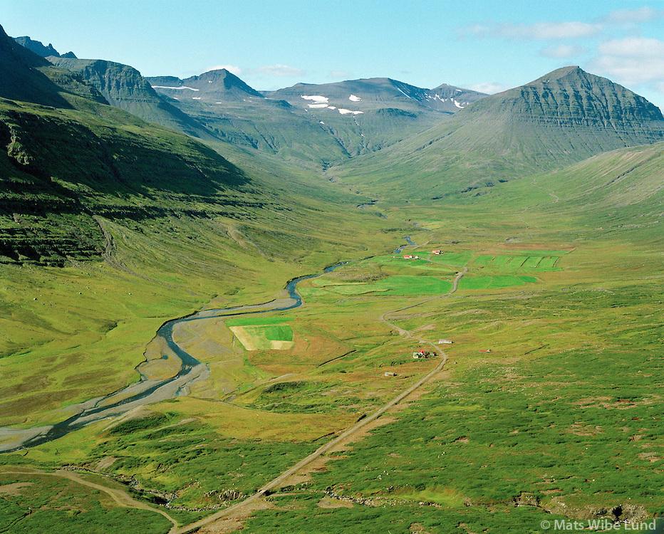 Hólagerði og Dalir, Fáskrúðsfjarðarhreppur. Loftmynd..Holagerdi and Dalir farms, Faskrudsfjardarhreppur. Aerial.