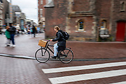 Een vrouw fietst over het Muntplein in Amsterdam.<br /> <br /> A woman cycles at the Munt Square in Amsterdam.