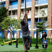 Nederland Rotterdam 28 augustus 2008 20080828 Foto: David Rozing .Achterstandswijk Zuidwijk in Rotterdam Zuid. Kinderen spelen met op de achtergrond een vervallen pand dat gesloopt zal gaan worden. ..Foto David Rozing