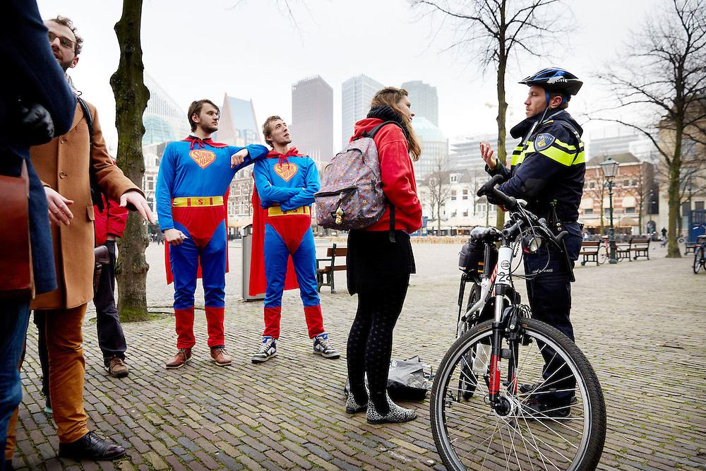 Den Haag, 20januari 2015.<br /> Eerste Kamer stemt over leenstelsel, ROOD, de jongerenorganisatie van de SP, zoekt met twee supermannen senatoren die tegen het wetsvoorstel durven te stemmen, ze gingen ongeoorloofd het Binnenhof op, daar was geen vergunning voor afgegeven.<br /> ANP  MARTIJN BEEKMAN