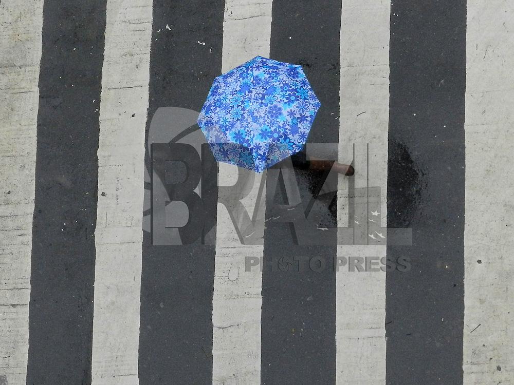 SAO PAULO - SP - 28 DE MAIO DE 2013 - CLIMA/TEMPO - Pedestres se protegem na chuva no bairro de Pinheiros, região oeste da capital paulista, nesta terça-feira, 28. São Paulo terá chuvas o dia todo e a previsão para o feriado também com chuvas.  FOTO: MAURICIO CAMARGO / BRAZIL PHOTO PRESS.