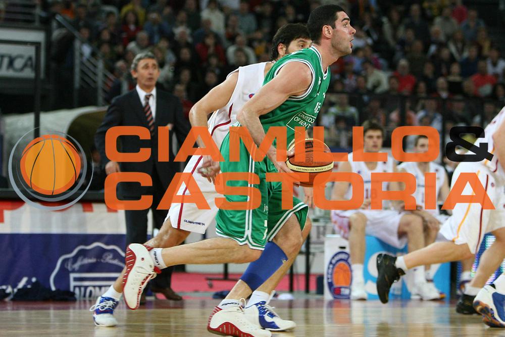 DESCRIZIONE : Roma Lega A1 2005-06 Lottomatica Roma-Benetton Treviso<br /> GIOCATORE : Soragna<br /> SQUADRA : Benetton Treviso<br /> EVENTO : Campionato Lega A1 2005-2006<br /> GARA : Lottomatica Virtus Roma Benetton Treviso<br /> DATA : 04/03/2006 <br /> CATEGORIA : Palleggio<br /> SPORT : Pallacanestro <br /> AUTORE : Agenzia Ciamillo-Castoria/E.Castoria