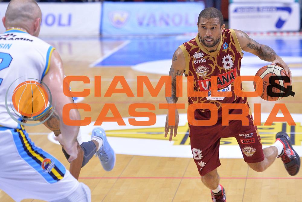 DESCRIZIONE : Cremona Lega A 2015-16 Play Off gara 1 Vanoli Cremona Umana Reyer Venezia <br /> GIOCATORE : Jarrius Jackson<br /> CATEGORIA :  Penetrazione<br /> SQUADRA : Umana Reyer Venezia<br /> EVENTO : Campionato Lega A 2015-2016 GARA : Vanoli Cremona vs Umana Reyer Play Off gara 1<br /> DATA : 08/05/2016 <br /> SPORT : Pallacanestro <br /> AUTORE : Agenzia Ciamillo-Castoria/I.Mancini<br /> Galleria : Lega Basket A 2015-2016 Fotonotizia : Cremona Lega A 2015-16 PlayOff Gara 1  Vanoli Cremona Umana Reyer Venezia