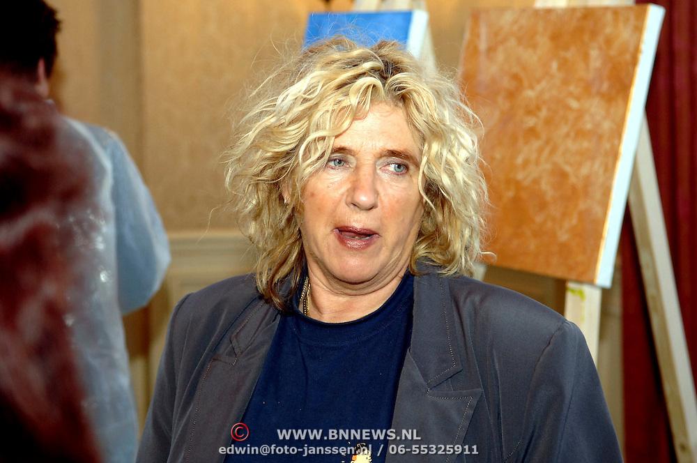 NLD/Amsterdam/20060209 - Bekende Nederlanders schilderen voor de Stichting Lezen en Schrijven, Gerti Bierenbroodspot