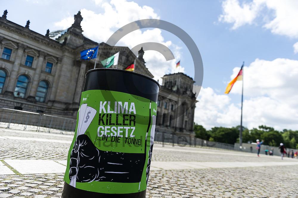 Eine Tonne steht w&auml;hrend der BUND Fotoaktion &quot;EEG-Novelle ablehnen&quot; am 07.07.2016 in Berlin, Deutschland vor dem Bundestag. Morgen wird im Bundestag f&uuml;r das Erneuerbare-Energien-Gesetzes (EEG) abgestimmt. Kritiker bef&uuml;rchten das durch das Gesetz der Ausbau der Erneuerbaren Energien stark behindert wird und zehntausende Arbeitspl&auml;tze gef&auml;hrdet werden. Foto: Markus Heine / heineimaging<br /> <br /> <br /> <br /> ------------------------------<br /> <br /> Ver&ouml;ffentlichung nur mit Fotografennennung, sowie gegen Honorar und Belegexemplar.<br /> <br /> Bankverbindung:<br /> IBAN: DE65660908000004437497<br /> BIC CODE: GENODE61BBB<br /> Badische Beamten Bank Karlsruhe<br /> <br /> USt-IdNr: DE291853306<br /> <br /> Please note:<br /> All rights reserved! Don't publish without copyright!<br /> <br /> Stand: 07.2016<br /> <br /> ------------------------------