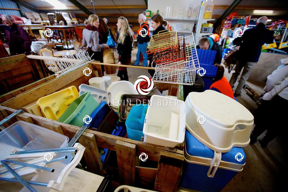 BRUCHEM - Elke maand is hier de verkoop en inzameling van tweedehands spullen. Het is de voorbereiding voor de grote rommelmarkt van de hervormde gemeente, die elk jaar in mei plaatsvindt. FOTO LEVIN DEN BOER - PERSFOTO.NU