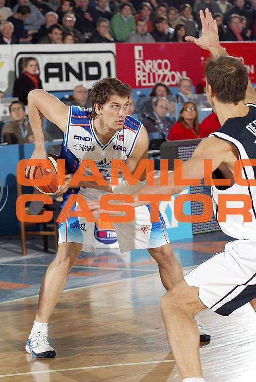 DESCRIZIONE : Cantu Lega A1 2005-06 Vertical Vision Cantu Whirlpool Varese<br />GIOCATORE : Jurak<br />SQUADRA : Vertical Vision Cantu<br />EVENTO : Campionato Lega A1 2005-2006<br />GARA : Vertical Vision Cantu Whirlpool Varese<br />DATA : 26/11/2005<br />CATEGORIA : Passaggio<br />SPORT : Pallacanestro<br />AUTORE : Agenzia Ciamillo-Castoria/S.Ceretti