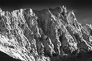 Die vereisten NW-Wände des Piz Forbesch (3262) an einem schönen Wintertag im Januar gesehen von den Flanken des Piz Martegnas (2670) im Skigebiet von Savognin im mittelbündischen Oberhalbstein.
