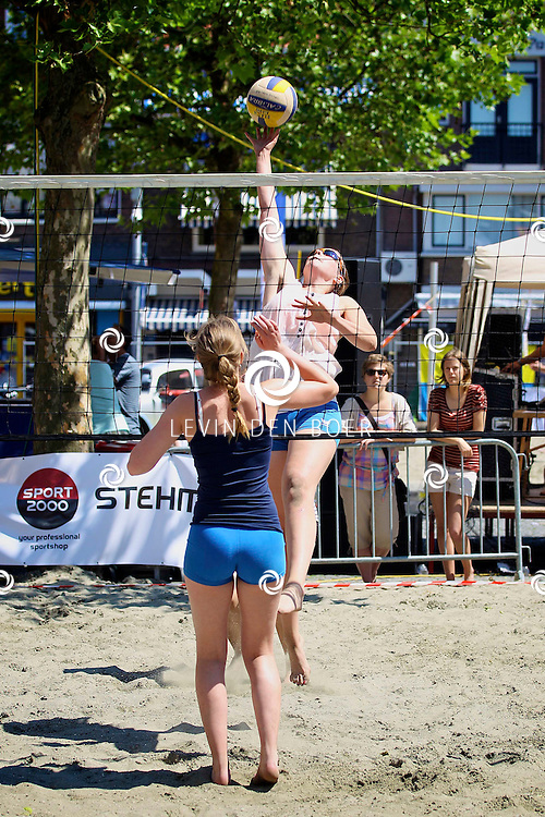 ZALTBOMMEL - Op de markt is weer het pinkster Beachvolleybal toernooi gehouden. Diversen jongeren deden mee aan deze sport in de heerlijke zon en onder het genot van een drankje. FOTO LEVIN DEN BOER - PERSFOTO.NU