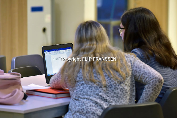 Nederland, Ubbergen, 11-12-2017Leerlingen op een Havo in een kleine gemeente. In de studiezaal zitten leerlingen met een laptop te werken aan een werkstuk.Foto: Flip Franssen
