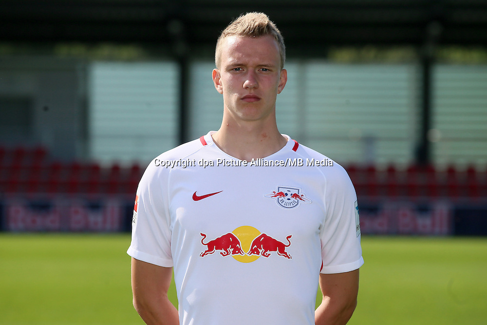 HANDOUT - 1. DFL, 1. Deutsche Bundesliga, RasenBallsport Leipzig, team photo shooting. Image shows Lukas Klostermann (RB Leipzig). Photo: GEPA pictures/ Roger Petzsche - For editorial use only. Image is free of charge. |