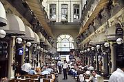 Turkije, Istanbul, 4-6-2011Straatbeeld Istiklal Caddesi in de wijk Beyoglu van Istanbul. 19e eeuwse Gallerij met restaurantsFoto: Flip Franssen