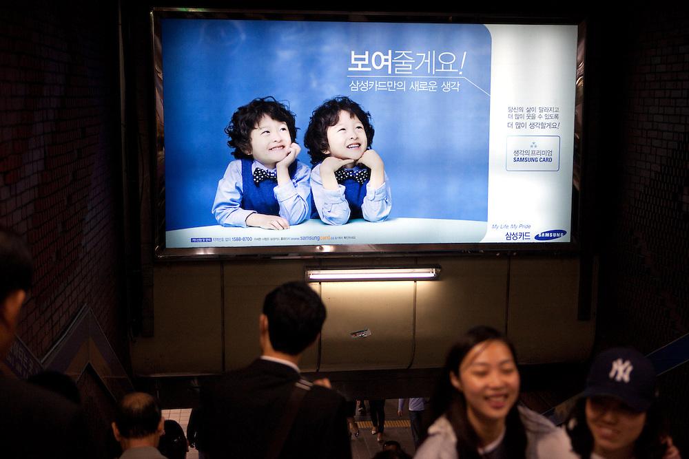 Werbung fuer die koreanische Firma Samsung in ein einer Passage der Metro in Seoul im Zentrum der koreanischen Metropole. <br /> <br /> Commercial for the Korean company Samsung in a passage of the Seoul subway in the center of the Korean metropolis.