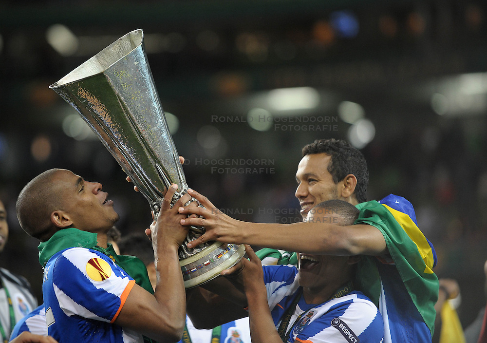 18-05-2011 VOETBAL: EUROPA LEAGUE FINAL FC PORTO - CLUBE DE BRAGA: DUBLIN<br /> Fernando of FC Porto (L) holds the Europa Cup and celebrates with team mates <br /> *** NETHERLANDS ONLY***<br /> &copy;2011-FotoHoogendoorn.nl/ EXPA/M. Atkins