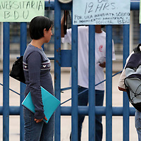 Oaxaca, Oax.- Integrantes de organizaciones Juveniles en apoyo al magisterio Oaxaqueño, al cumplir el dia 16 de planton, impidieron el acceso a estudiantes de la universidad Autonoma Benito Juarez de Oaxaca (UABJO) al sumarse a la resistencia de los maestros en Oaxaca. Agencia MVT / Eder Lopez. (DIGITAL)<br /> <br /> NO ARCHIVAR - NO ARCHIVE