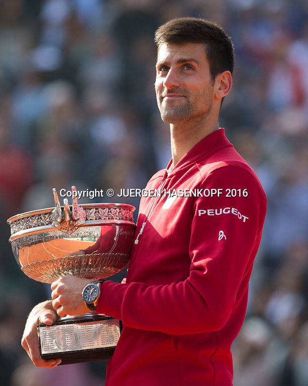 Novak Djokovic (SRB) haelt den Pokal, Emotion,Freude,Siegerehrung,Praesentation,Herren Finale, Endspiel,<br /> <br /> Tennis - French Open 2016 - Grand Slam ITF / ATP / WTA -  Roland Garros - Paris -  - France  - 5 June 2016.