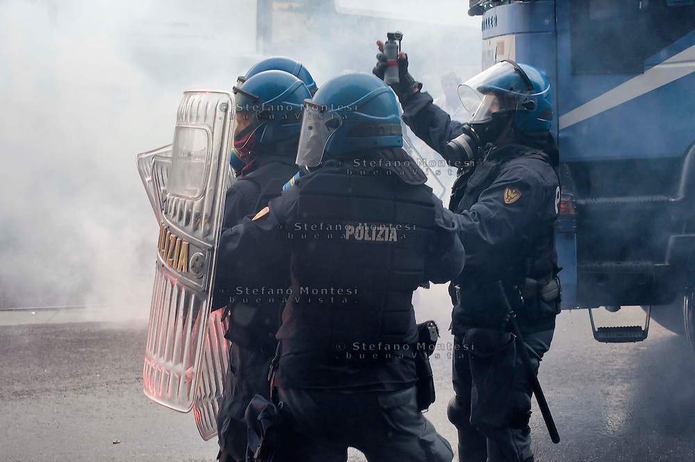 Napoli 2 Ottobre 2014<br /> Manifestazione della Rete dei Movimenti campani contro  il vertice della Bce nei pressi della Reggia di Capodimonte, sede della riunione. La polizia fronteggia i manifestanti.<br /> Naples October 2, 2014 <br /> Manifestation of the Network of Movements of Campania against the summit of the ECB in the vicinity of the Palace of Capodimonte, the venue of the meeting. The police faces protesters