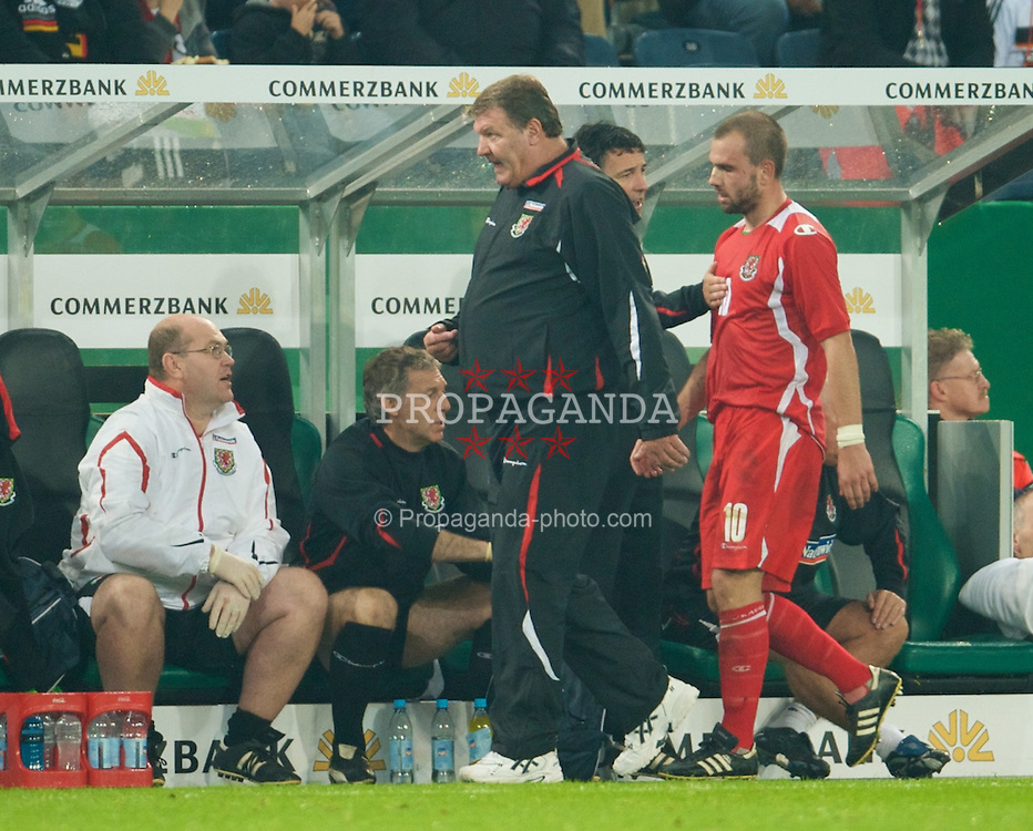 MONCHENGLADBACH, GERMANY - Wednesday, October 15, 2008: Wales' manager John Toshack MBE and Carl Fletcher during the 2010 FIFA World Cup South Africa Qualifying Group 4 match at the Borussia-Park Stadium. (Photo by David Rawcliffe/Propaganda)