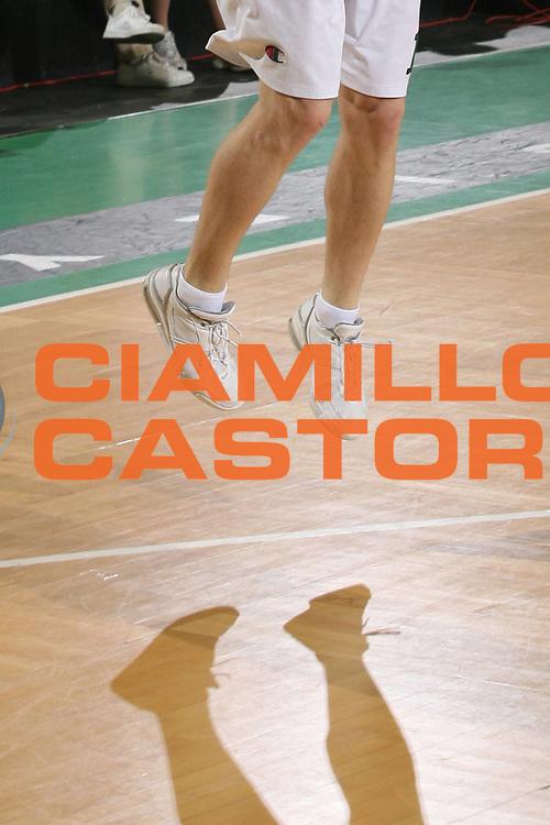 DESCRIZIONE : Treviso Lega A1 2006-07 Benetton Treviso Montepaschi Siena <br /> GIOCATORE : Gambe Scarpe Ombra Strano Curiosita <br /> SQUADRA : Montepaschi Siena <br /> EVENTO : Campionato Lega A1 2006-2007 <br /> GARA : Benetton Treviso Montepaschi Siena <br /> DATA : 22/04/2007 <br /> CATEGORIA : Tiro Curiosita  <br /> SPORT : Pallacanestro <br /> AUTORE : Agenzia Ciamillo-Castoria/M.Marchi