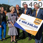 NLD/'T Harde/20190914 -  Beatrix bij campagnedag Zwaluwen Jeugd Actie, Prinses Beatrix neemt een cheque in ontvangst