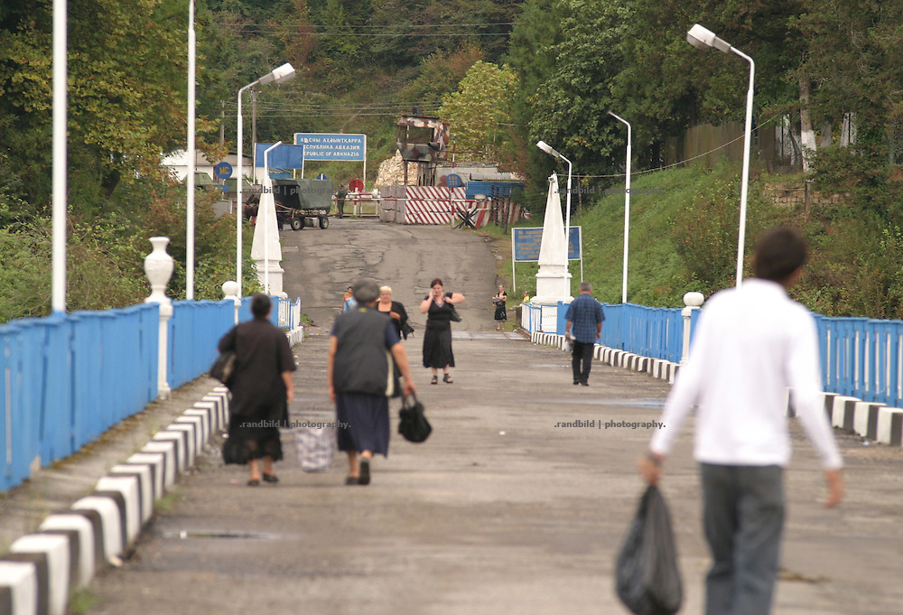 Georgien/Abchasien, Zugdidi, 2006-09-04, Die Brücke über den Inguri-Fluss. Die Brücke ist neutrales Gebiet und Waffenstillstandlinie zwischen Georgien und Abchasien. Abchasien erklärte sich 1992 unabhängig von Georgien. Nach einem einjährigen blutigen Krieg zwischen den Abchasen und Georgiern besteht seit 1994 ein brüchiger Waffenstillstand, der von einer UNO-Beobachtermission unter personeller Beteiligung Deutschlands überwacht wird. Trotzdem gibt es, vor allem im Kodorital immer wieder bewaffnete Auseinandersetzungen zwischen den Armee der Länder sowie irregulären Kämpfern. (The enguri bridge between Georgia and Abkhazia. The bridge is a neutral area is marks the ceasefire line. Abkhazia declared itself independent from Georgia in 1992. After a bloody civil war a UNO mission observing the ceasefire line between Georgia and Abkhazia since 1994. Nevertheless nearly every day armed incidents take place in the Kodori gorge between the both armys and unregular fighters )