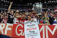 FUSSBALL   SAISON 2011/2012   CHAMPIONS LEAGUE FINALE FC Bayern Muenchen - FC Chelsea  19.05.2012 FC Bayern Fans jubeln nach dem Tor zum 1-0 mit einem Plakat; Finale Dahoam, heute ist einen Neuer Tag um Geschichte zu schreiben!