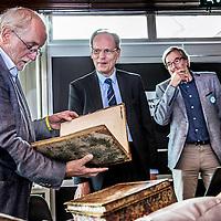 Nederland, Amsterdam, 4 september 2016.<br /> Manuscripta viert de opening van het boekenseizoen elk jaar in het eerste weekend van september. Een mooi literair festival.<br /> Op de foto:<br /> Laat je boek taxeren door de Koninklijke Bibliotheek (KB)<br /> Zij kunnen je zeldzame, oude boeken &lsquo;waarderen &rsquo;in woorden en indien mogelijk in geld. Neem je bijzondere boek mee en hoor wat de kenners te zeggen hebben, of kom kijken naar bijzondere collectiestukken.<br /> <br /> <br /> <br /> Foto: Jean-Pierre Jans