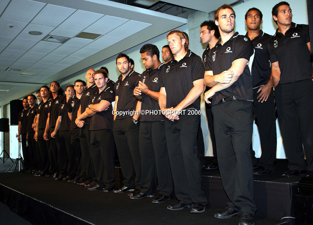 Warriors captain Steve Price names his team for the 2006 season during the Vodafone Warriors Captains lunch held at Ericsson Stadium, Auckland, on Tuesday 7 March, 2006. Photo: Renee McKay/PHOTOSPORT<br />