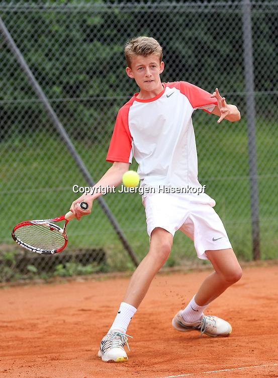 Audi GW:plus Zentrum Muenchen Junior Open 2014, Tennis Europe Junior Tour,Sandplatz, Junioren Turnier, BS16,Peer Ole Wede  (GER),<br /> Aktion,Einzelbild,Ganzkoerper,Hochformat,