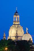 Kuppeln der Frauenkirche und Kunstakademie bei Dämmerung, Dresden, Sachsen, Deutschland.|.Dresden, Germany, domes of Church of Our Lady at night and academy of arts, Dresden