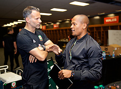 LOS ANGELES, USA - Monday, May 28, 2018: Wales' manager Ryan Giggs chats with former player Robert Earnshaw in the dressing room after an international friendly between Mexico and Wales at the Rose Bowl. (Pic by David Rawcliffe/Propaganda)
