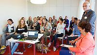 AMSTERDAM - Workshop met Paul van Praagh (r) , LG hockey, tijdens KNHB Symposium Train de Trainer, voor trainer, coach , begeleider binnen het aangepaste hockey. Dit alles in het Ronald MacDonald Centre in Amsterdam. COPYRIGHT KOEN SUYK