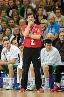 Trainer Velimir Petkovic (FAG) verfolgt nachdenklich das Spiel