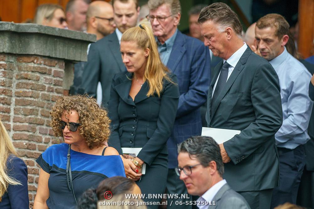 NLD/Huizen/20180818 - uitvaart Bert Verwelius, Annemarie van der Sar- van Kesteren en Louis van Gaal