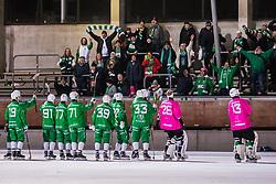 November 17, 2017 - Stockholm, SVERIGE - 171117 Hammarbys spelare jublar med supportrar efter bandymatchen i Elitserien mellan Hammarby och Motala den 17 November 2017 i Stockholm. (Credit Image: © Kenta JöNsson/Bildbyran via ZUMA Wire)