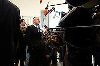 13 OCT 2005, BERLIN/GERMANY:<br /> Hans Eichel, SPD, scheidender Bundesfinanzminister, gibt Journalisten ein kurzes Statement, vor Beginn der Sitzung der SPD Fraktion, Fraktionsebene, Deutscher Bundestag<br /> <br /> IMAGE: 20051013-01-002<br /> KEYWORDS: Mikrofon, microphone, Journalist