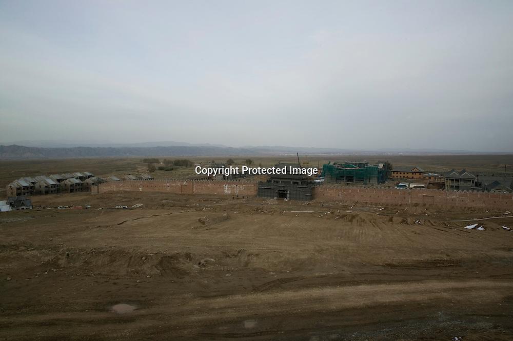 LIQIAN :  Ein Blick auf die Roemische Siedlung in Yongchang, die von Buddhisten finanziert wird.
